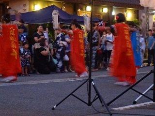 Vô số nhóm mang đến những điệu nhảy hoặc giải trí