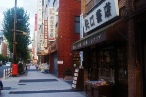 Les librairies se succèdent près de la station Jimbôchô