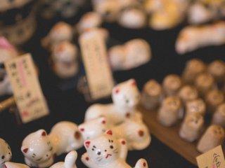 Figurinhas de gato numa das lojas