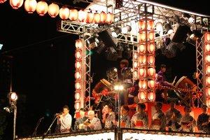 Yagura, panggung untuk para musisi dan penyanyi musik Obon