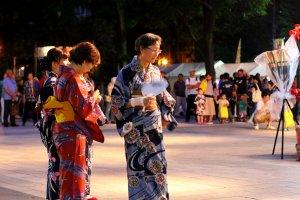 Banyak orang tua juga yang mengikuti festival ini