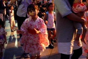 Một bé gái nhỏ đang cố gắng nhảy trong Hokkai Bon Odori