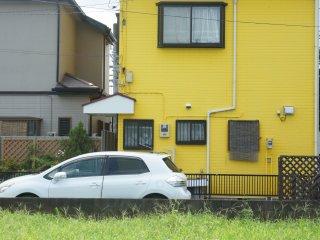 Perumahan warga di kota Zama ini sangatlah berwarna-warni