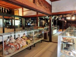 Внутри дома выставлены исторические документы и материалы, относящиеся к Клану Хеики. К сожалению, они подписаны только на японском.