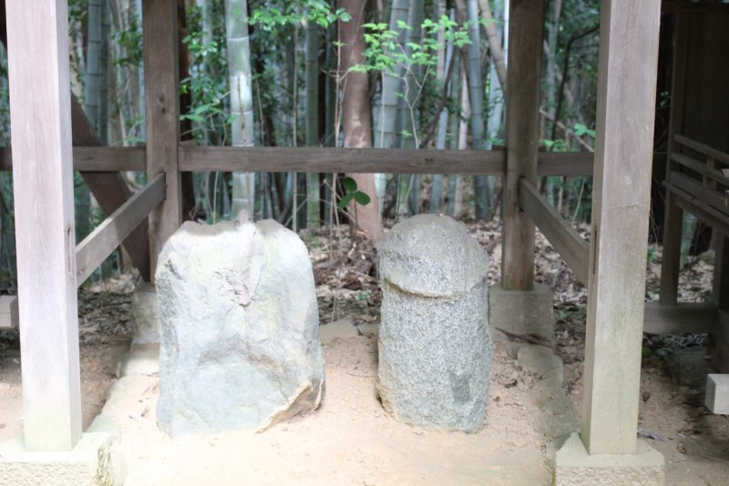 <p>One of the biggest sets of fertility stones at Asuka Niimasu Shrine. There are a couple of... bigger ones</p>