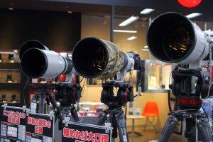 Berbagai jenis kamera dan lensa juga bisa kamu temukan di Yodobashi