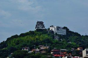 Sur le ferry : le château d'Onomichi s'éloigne