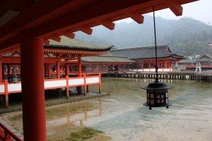ศาลเจ้าอิซึกุชิม่ามุมมองจากระเบียงทางเดิน