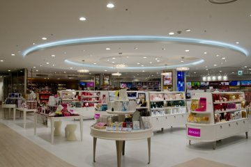 <p>Laox store provides many goods and offers tax-free shopping</p>