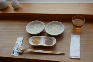 Kudzu mochi and kudzu kiri and tea dessert set, a refreshing afternoon snack