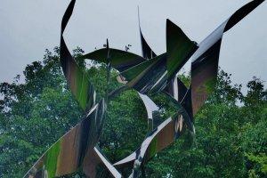 Une oeuvre d'art extérieure au musée, représentant deux grues emmêlées