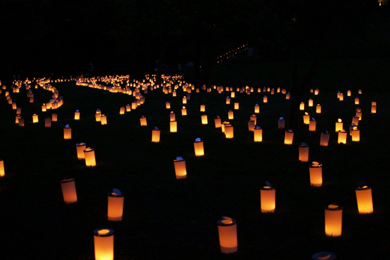 Ratusan atau bahkan ribuan lilin yang tersebar di area taman