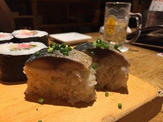 Суши с макрелью и роллы с рубленым тунцом
