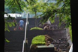 Les escaliers pour accéder à l'entrée du musée