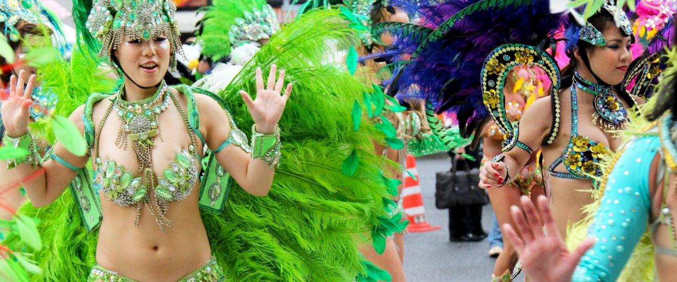 Ada banyak penari cantik yang mengenakan pakaian samba yang sangat tradisional