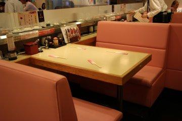 <p>Желающие садятся за отдельный столик, чтобы провести время отдельно от остальных посетителей</p>