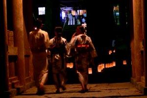 Des familles en yukata déambulent dans l'enceinte du temple