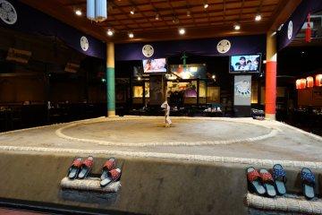 <p>음식점 중앙의 경기장</p>
