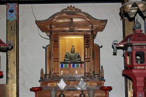 A wooden statue of Emperor Go-daigo carved by the Emperor himself