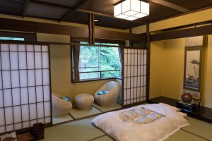 Kamar yang ditawarkan Roan sangat lembut, futon berbulu halus begitu juga ruang untuk duduk dengan pemandangan indah