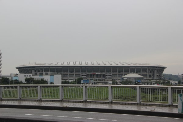 Вид на стадион с моста через реку Цуруми