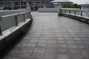 Дорожка к центральному входу на стадион