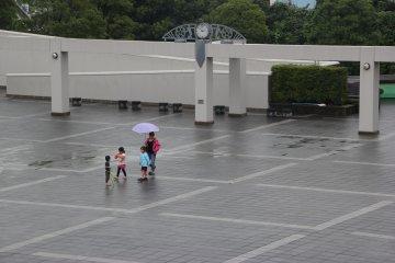 <p>Мама с детьми пришли прогуляться по просторной площадке</p>