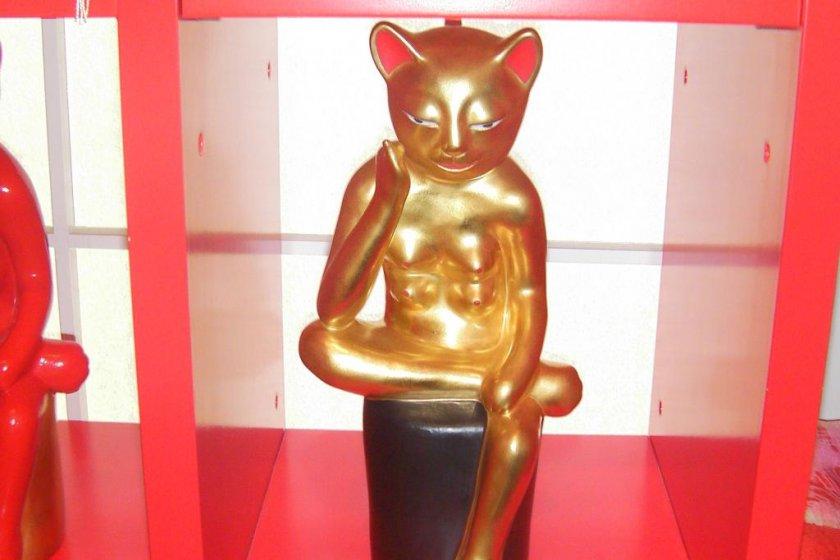 Mèo manekineko đang ngồi trầm tư