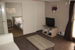 Видна вторая комната с кроватью