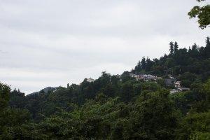 بعض المنازل التى يعيش فيها الناس بقمة الجبل