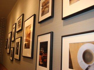 Стены украшены фотографиями десертов и кофе