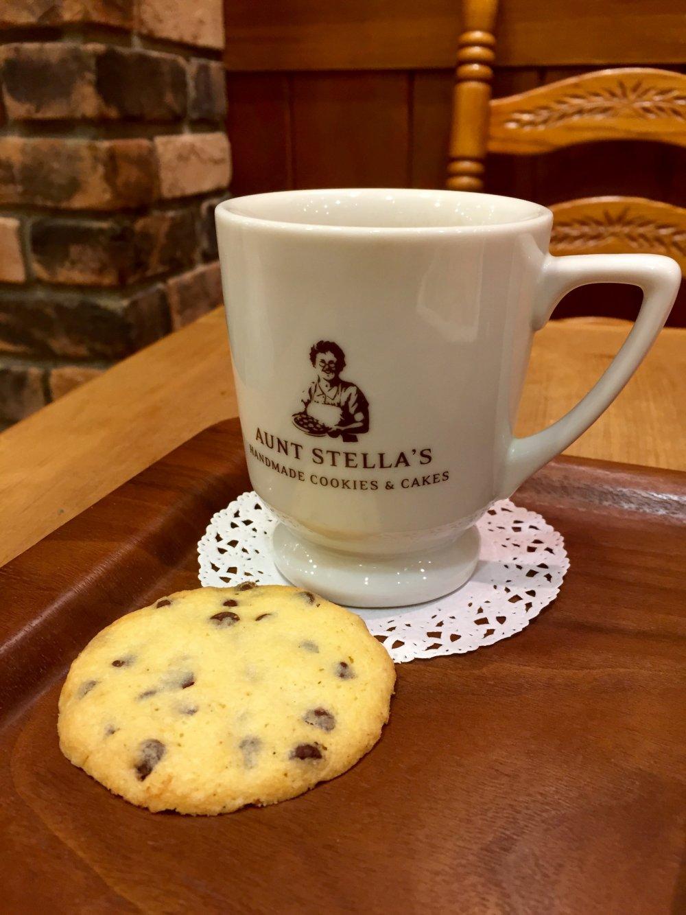 Кофе в симпатичной чашечке с логотипом компании