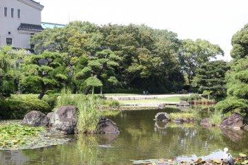 <p>Виден Национальный музей Осаки</p>