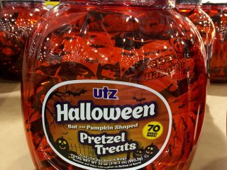 Хэллоуинские претцели в виде летучих мышек и тыкв