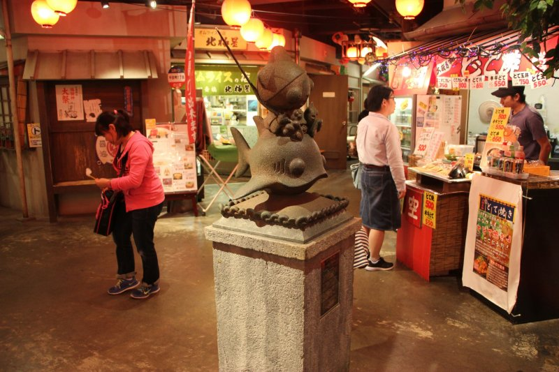 <p>Статуя посередине первого этажа</p>
