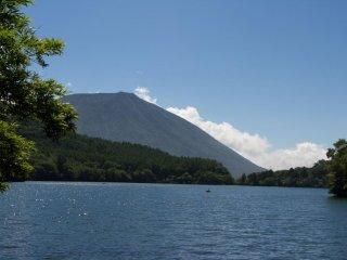 ภูเขานานเทในฉากหลัง