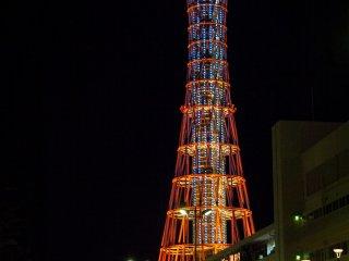 Tháp cảng Kobe, được thắp sáng rực rỡ về đêm