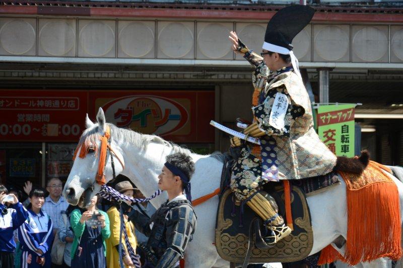 Самурая на лошади ведут под уздцы