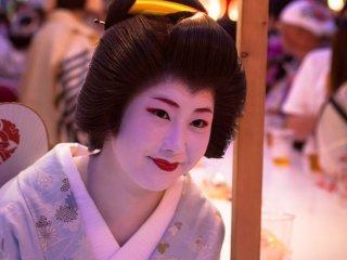 Dégustation de bière au Gion Matsuri de Kyoto, un festival d'été