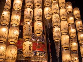De somptueux chars décorés sur Yoiyama, la nuit précédant le défilé