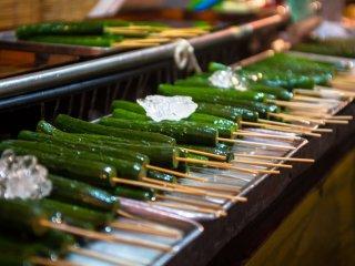Des concombres sur un bâton, beaucoup plus pratique à manger pendant une promenade