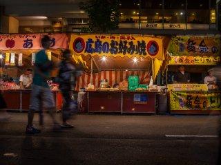 Les rues sont bordées de stands de nourritures proposant les meilleures spécialités des festivals
