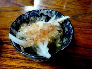 Tofu dengan atasnya sayuran dari akar (sejenis umbi?) dankatsuo-bushi (makanan yang diawetkan berbahan baku ikan cakalang dan berbentuk seperti serutan kayu)
