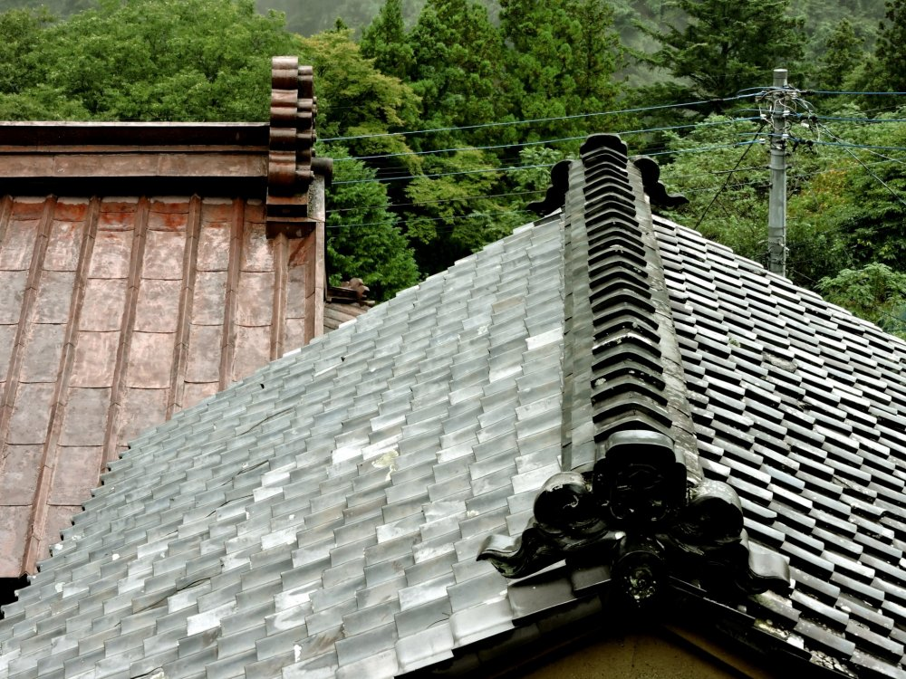 The iron roof belongs to Osakaya, and the tiles cover a small storehouse