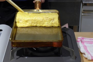 <p>Cooking the egg in the pan is tricky.</p>