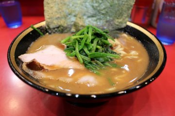 <p>Seaweed, spinach, pork, noodles and soup</p>