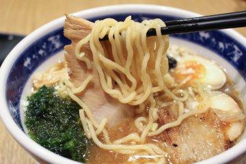 <p>Medium-thickness, springy noodles</p>