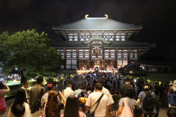 <p>The Great Buddha Hall of Todaiji and the sea of people come to visit the Buddha at night</p>