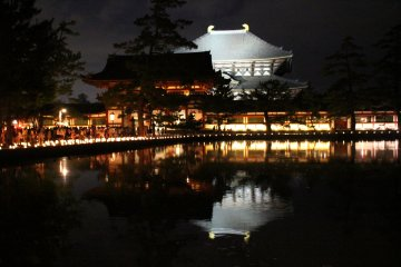 <p>Todaiji Temple&#39;s final gate and Grand Buddha Hall light up and reflected in the pond</p>