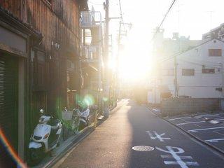Jalan-jalan sore di tengah komplek perumahan di Kyoto.